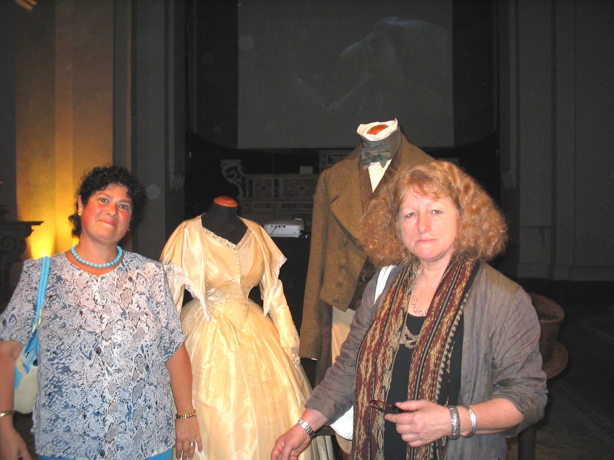 con Jenny davanti al vestito di J.E. di Zeffirelli